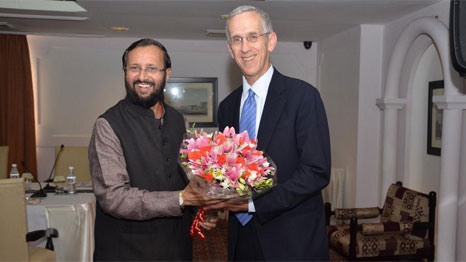 Javadekar presents Stern with flowers at Strategic Dialogue (Pic: Ministry of Information and Broadcasting, Government of India)