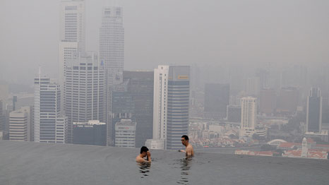 Haze from Indonesia blankets Singapore in 2010 (Pic: Guo Qi/Flickr)