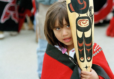 """1993: A Heiltsuk girl from the First Nations of Canada holding one of the paddles of the """"Glwa"""", the Heiltsuk canoe (Pic: UN Photo/John Isaac)"""