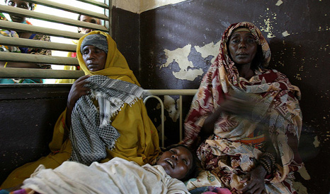 A pregnant woman with malaria is nursed by relatives (Pic: Flickr/hdptcar)