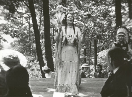 In 1939, Ojibwe, Navajo, Seneca, and Dakota peoples were invited to share indigenous folklore and dance with the King and Queen of England during the hot dog picnic at President Roosevelt's cottage in New York (Pic: FDR Presidential Library & Museum/Flickr)
