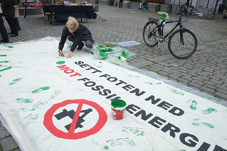 This banner calls for clean energy to replace fossil fuels  (Pic: Flickr/Climate March)