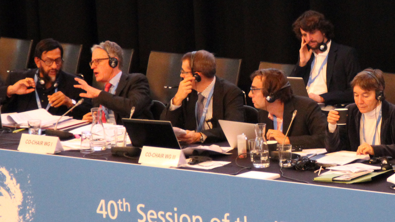 IPCC chair Rajendra Pachauri and IPCC WG-1 Co-Chair Thomas Stocker confer in Copenhagen (Photo by IISD/ENB)