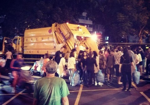 Taipei residents queue up to dispose of non-recyclable waste (Pic: Flickr/Robyn Lee)