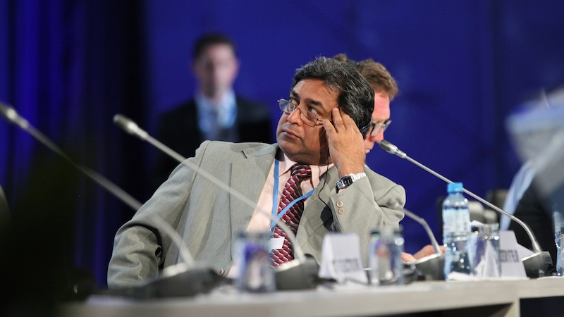 Co-chair Kishan Kumarsingh follows proposed amendments to the text on the screen (Pic: IISD/ENB)