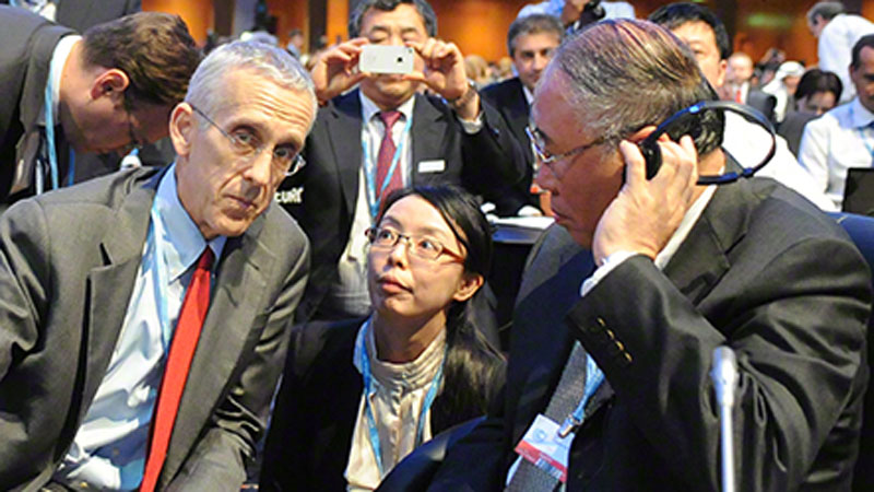 Chief US climate negotiator Todd Stern speaks to Chinese counterpart Xie Zhenhua (Pic: IISD/Flickr)