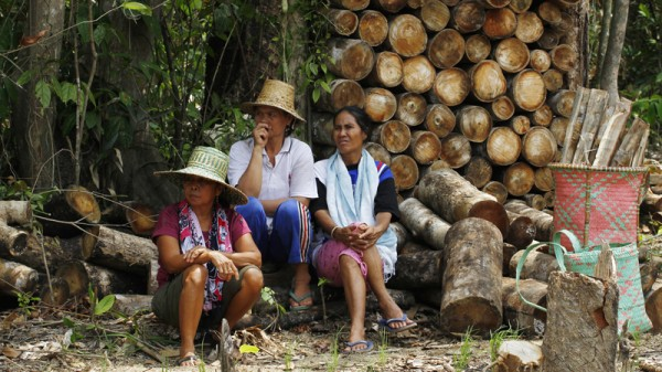 Women rest after collecting firewood in Central Kalimantan (Pic: Flickr/CIFOR)