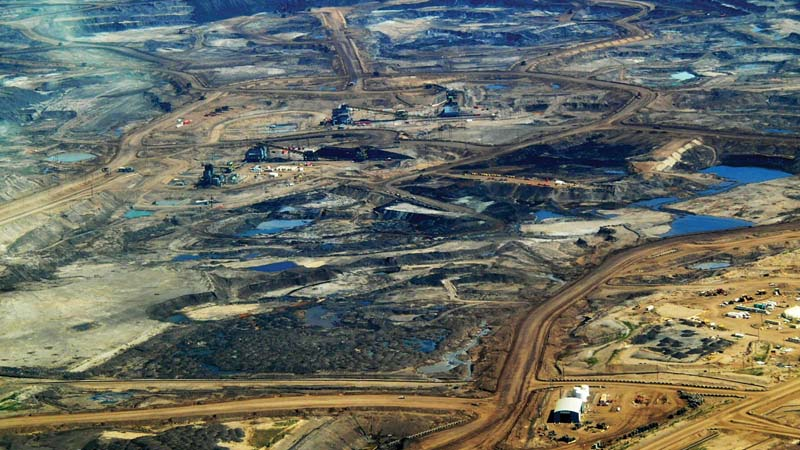 The fast-growing tar sands sector now accounts for a quarter of Canadian GHG emissions (Flickr / Howl Arts Collective)
