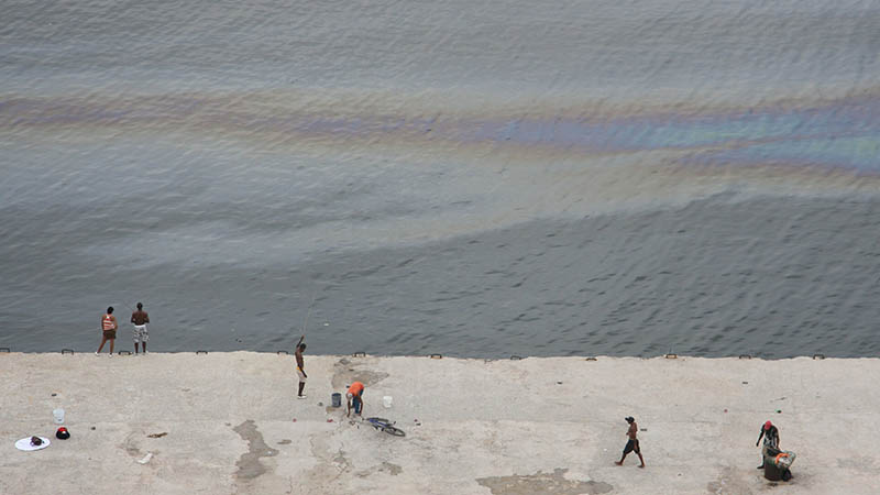 Oil slick in Havana bay, Cuba drills onshore (Flickr/ Pete Harmer)