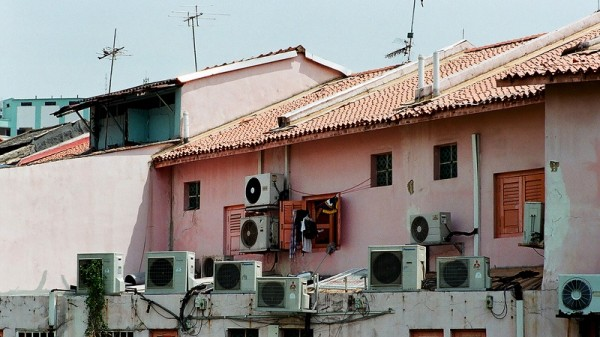 Chemicals used in air conditioning units have a potent global warming effect (Flickr/小 雪球)