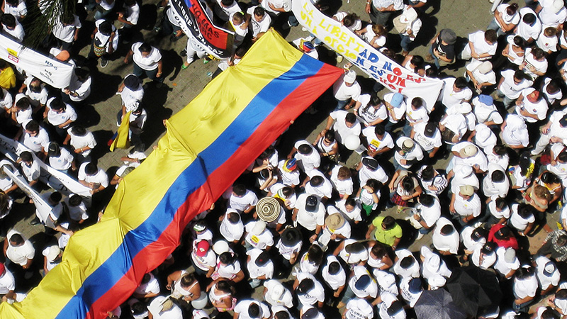 Demonstrators hold an anti-FARC march (Flickr/ Xmascarol)