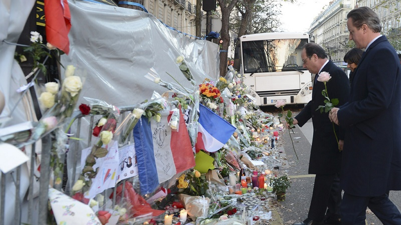 UK's David Cameron lays flowers at a site of Paris attacks, with French president Francois Hollande (Flickr/Number 10)