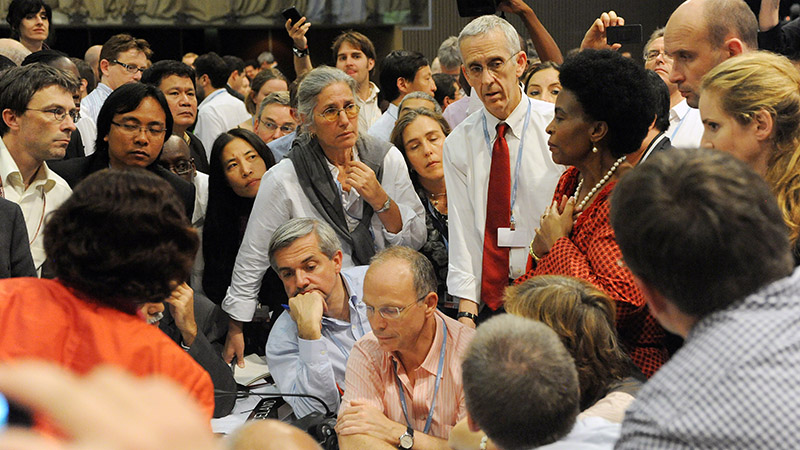 Stern discusses plans for a global climate agreement in 2015 in the infamous 'huddle' of COP17 (Pic: IISD Reporting Services)
