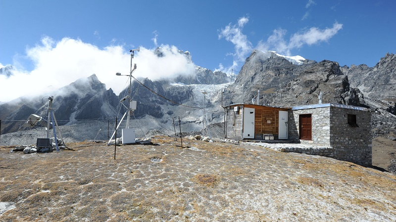 A weather station in the Himalayas (Flickr/worldmetorg)