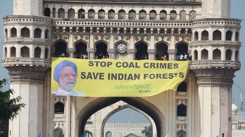 Greenpeace activists unfurl a banner protesting against Indian coal mining in Hyderabad, 2012 (Pic: Sudhanshu Malhotra / Greenpeace)