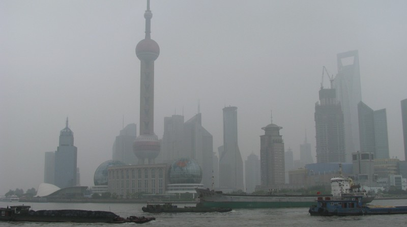 Smog cloaks the Pudang skyline in Shanghai, China (Pic: Peter Dowley/Flickr)