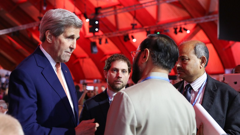 US secretary of state John Kerry talks to India's Prakash Javadekar (IISD/Kiara Worth)