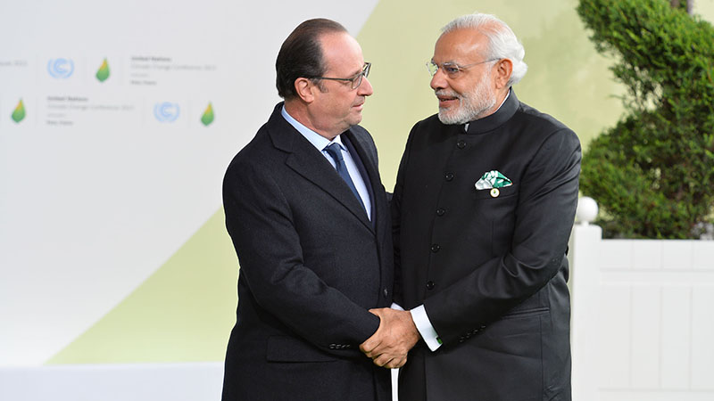 The Prime Minister, Shri Narendra Modi being received by the President of France, Mr. Francois Hollande, on his arrival for the UNFCCC Climate Conference, in Paris, France on November 30, 2015.
