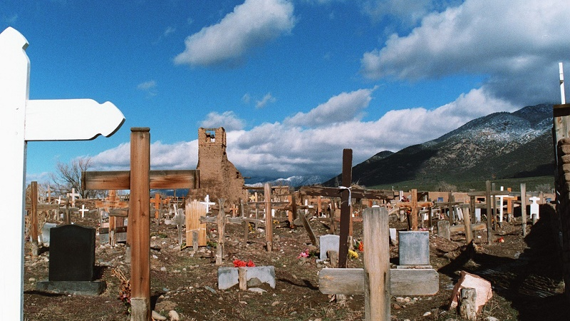 Graveyard in Taos Pueblo. Spanish missionaries brought death to Native American communities in the 1600s (Flickr/Simon Helle Nielsen)