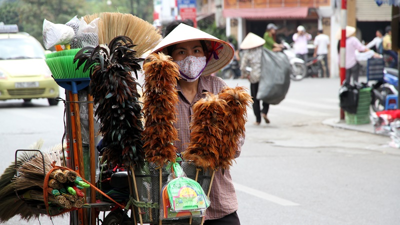 A Vietnamese woman wears a mask to protect against air pollution (Flickr/Maya-Anaïs Yataghène)