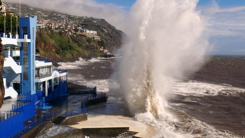 A storm wave hits Portugese resort of Barreirinha Flickr/Gideon Chilton)