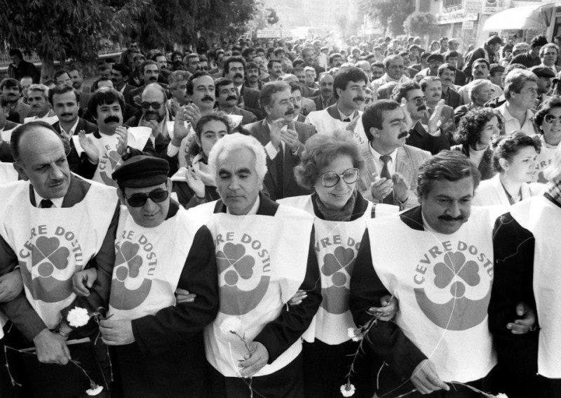 From the archives: a human chain protesting Aliaga coal development in the 1990s (Courtesy of 350.org)